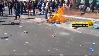 Manifestantes destruyen parabrisas y se enfrentan con policías en CDE