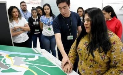 Crean maqueta háptica de Itaipu para personas con discapacidad visual