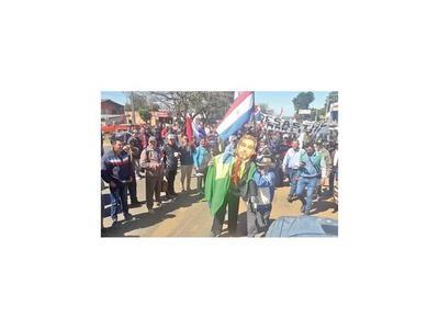 Campesinos cerraron rutas  y quemaron una bandera de Brasil