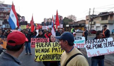 "HOY / Campesinos de Paraguay Pyahura marchan en Asunción: ""¡Fuera, vendepatrias!"""