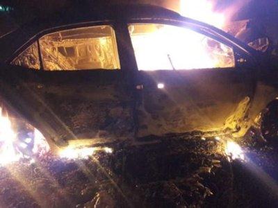 Chocó contra árbol y falleció calcinada tras incendiarse su coche