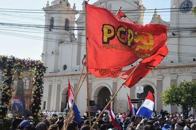 Manifestantes escrachan a monseñor Valenzuela y le exigen tomar postura sobre acuerdo entreguista