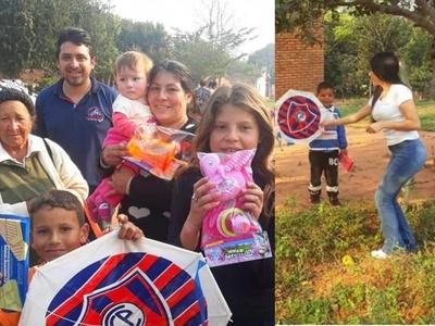 Joven pareja roseña reparte regalos a niños de escasos recursos por su día