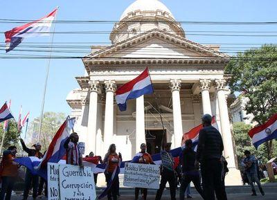 Asunción: Aniversario marcado por feriantes y manifestantes