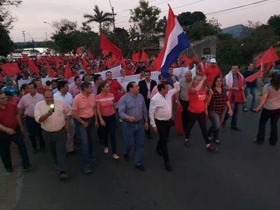 """Paraguarí: Liderados por el imputado Cuevas, colorados marchan y amenazan a """"gatos locos"""""""