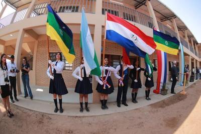 Mandatario inaugura nuevo edificio del colegio Héroes del Chaco, en Loma Plata