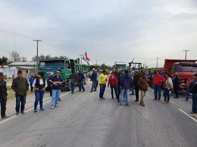 Mineros paralizan Vallemí para pedir mejor precio por piedras