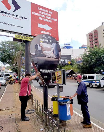 Retiran carteles instalados de forma irregular en el centro