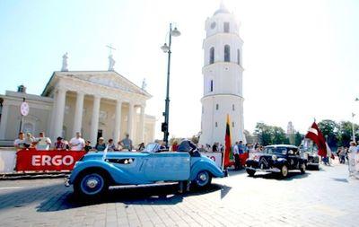 Desfile de coches antiguos en Vilna