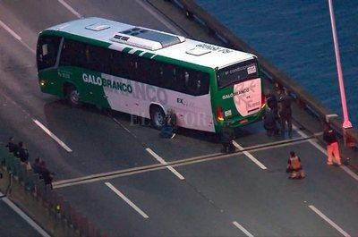 Toma de rehenes en Brasil: un hombre amenaza con prender fuego un micro con 40 pasajeros