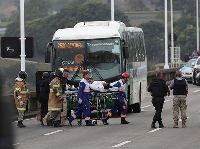 Un hombre mantiene rehenes y amenaza con incendiar un autobús en Brasil