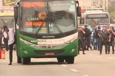 Policía asesina a hombre que tomó rehenes en bus