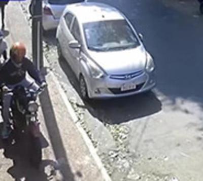 Motochorros asaltaron a una mujer pero terminaron huyendo a pie