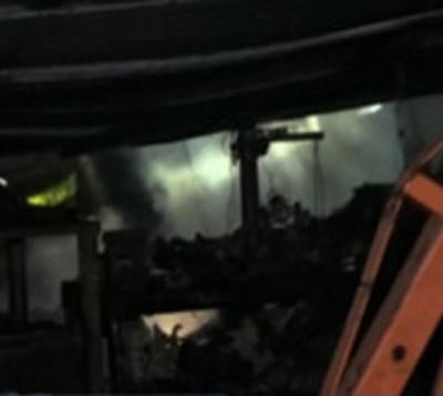Mediante boquete, rescatan de incendio a guardia
