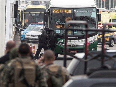 Francotirador mata a secuestrador y pasajeros son liberados