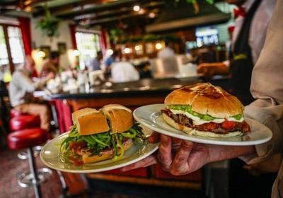 Cliente asesina a camarero que tardó en traerle un sándwich