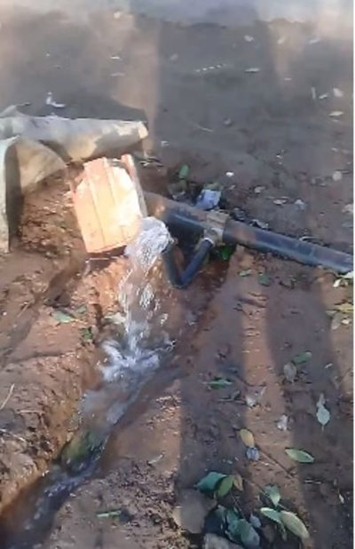 Parque lleno de basura y pérdidas de agua