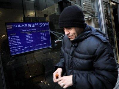 Estabilizar el peso y cumplir meta fiscal, receta argentina ante la crisis
