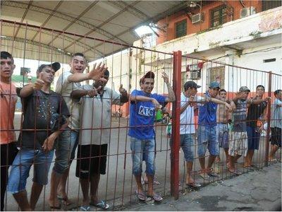 Reos hacen recular a comitiva y frustran allanamiento en Tacumbú
