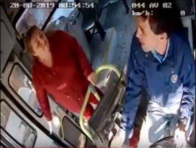 Doña sopapeó a un chófer por no bajarle donde quería