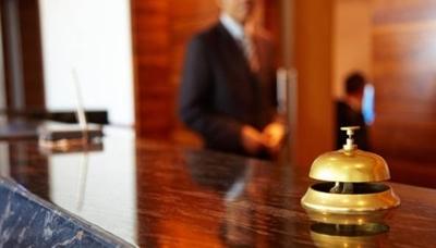 HOY / Crisis económica golpea fuerte: hoteles cierran pisos enteros y despiden personal