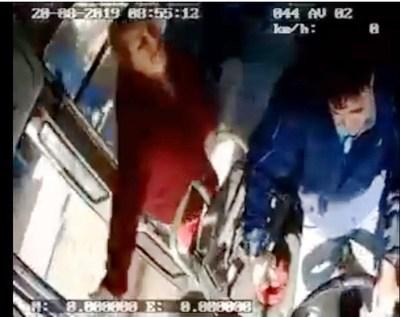 Pasajera agrede brutalmente al chófer de un ómnibus
