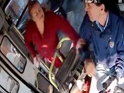 Pasajera molesta agredió a conductor por no bajarla donde quería