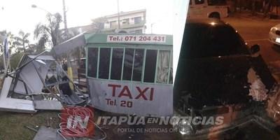 EBRIO PRESTÓ UN AUTOMÓVIL Y TERMINÓ ATROPELLANDO PARADA DE TAXI