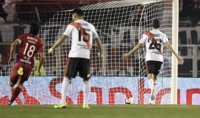 HOY / River Plate vence a Cerro con un penal corroborado en el VAR