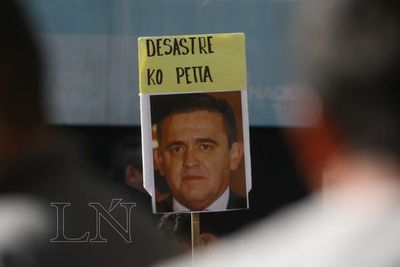 """Estudiantes piden salida de Petta por """"show en redes sociales"""""""