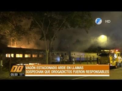 Vagón estacionado arde en llamas