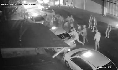 Barrabravas de Cerro atacan a jóvenes y asaltan a taxista