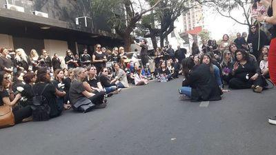 Exigen frente al sanatorio Migone justicia para niño que falleció