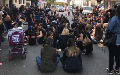 Con sentata frente al Migone exigen justicia