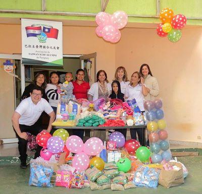 Exbecarios de Taiwán entregaron donaciones a Hospital Acosta Ñu