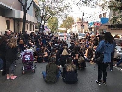 Manifestación frente a sanatorio para exigir justicia para Renato