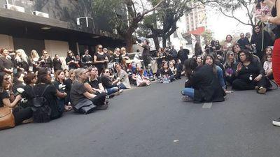 Exigieron frente al sanatorio Migone justicia para niño que falleció
