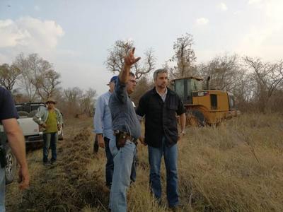 Presidente continúa con recorrido en zonas afectadas por incendios forestales en Bahía Negra