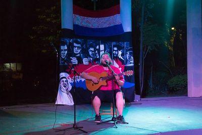 Canta clásicos de la música internacional en guaraní, y se volvió viral