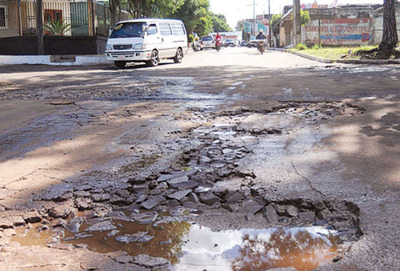 Camiones destruyen calles de Franco al evadir puesto de peaje, aseguran