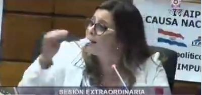 Diputada protesta comiendo papel en sesión