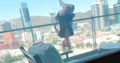 Mujer practicaba yoga y se cayó del balcón