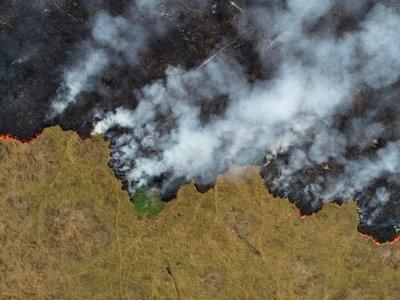 Bolsonaro busca una solución  para los incendios y censura a Francia