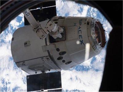 Cápsula Dragon regresa a la Tierra con materiales de la NASA
