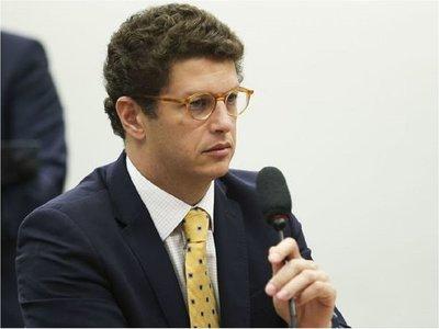 Brasil: Hospitalizan a ministro en medio de crisis amazónica