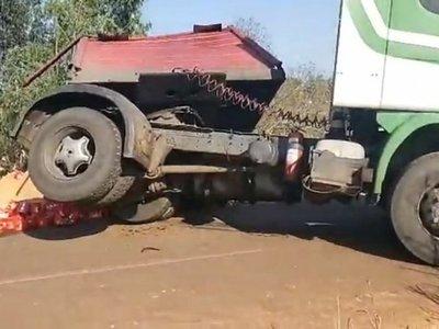 """Camión cervecero cayó a un arroyo y """"loperro"""" ¡no robaron la """"ceecita""""!"""