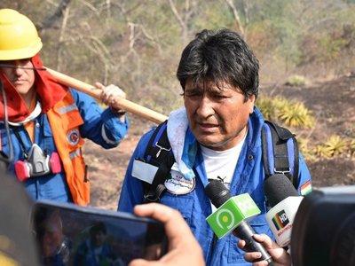 Polémica en Bolivia por imágenes de Evo Morales apagando incendios
