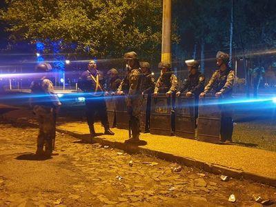 Hinchas de Cerro generan disturbios en torno a hotel donde están jugadores de River