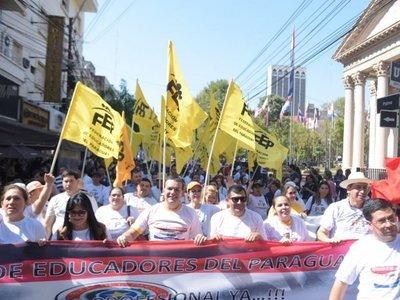 Docentes reclaman reajuste salarial con marchas y cierre de rutas