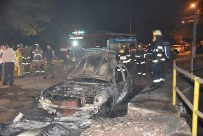 Acusa a exinquilino de quemarle el auto porque le desalojó